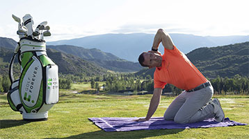 hands-knee rotation stretch during golf round